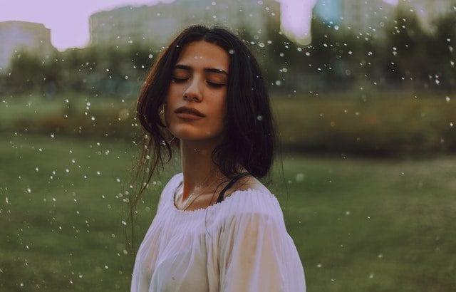 雨の日におすすめの髪型20選 簡単ヘアアレンジでおしゃれにまとめ髪