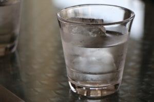 水が入ったコップの写真