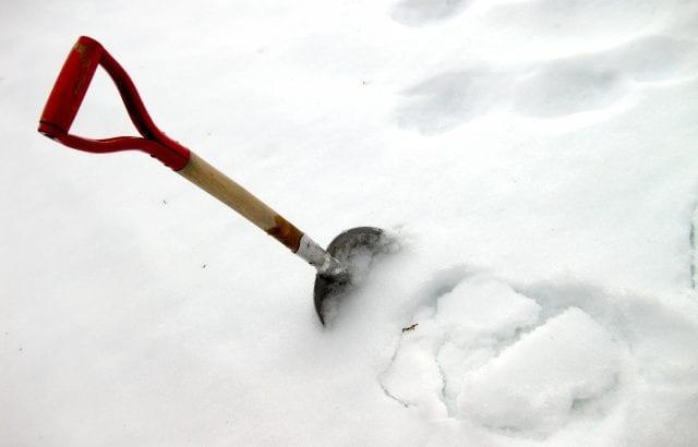 都会で大雪が降っても困らない!雪かきのコツと対策方法14選