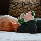 赤ちゃんの寝返りをスムーズに|3つのポイントと4つの注意点