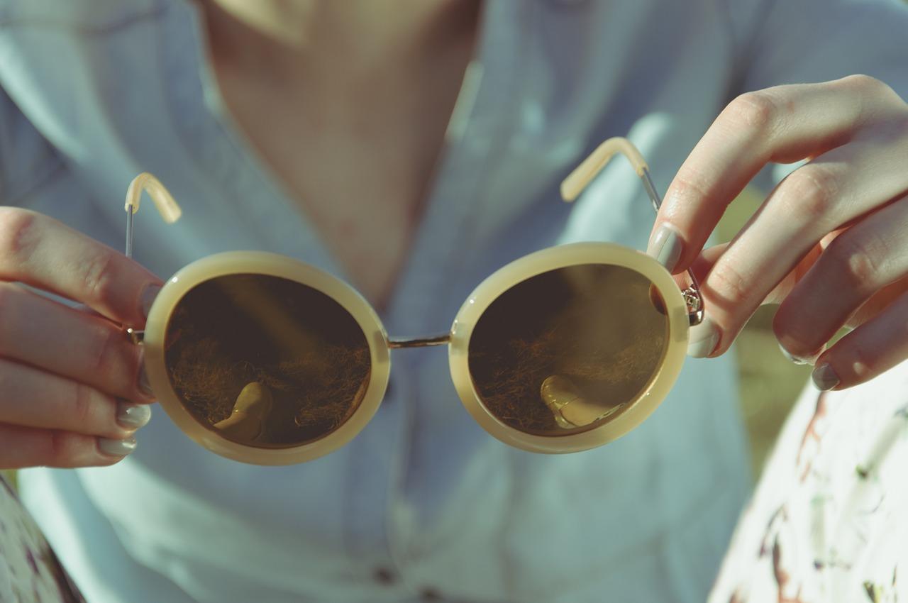 目元も紫外線対策を|目に与える影響とおしゃれなUVメガネ12選