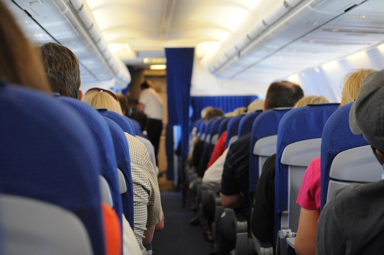 長時間フライトもこれで快適!海外旅行で役立つ便利グッズ14選