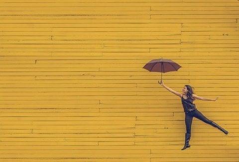 傘を持った女性