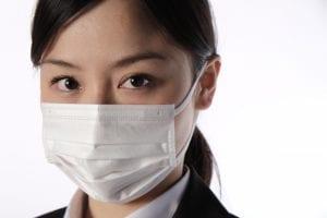 マスクをした社会人女性