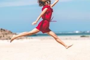 ビーチでジャンプする女性