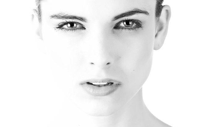 アートメイクで美人を保つ女性のイメージ