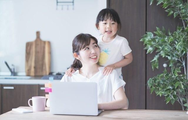 子育てママにおすすめの在宅ワーク10選|仕事の種類と収入目安も紹介