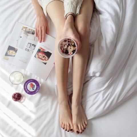 カップと女性の足