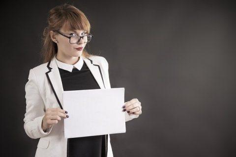芦屋JINクリニックの特徴を説明する女子のイメージ
