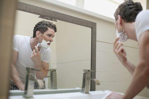 ひげ剃りしている男性の写真